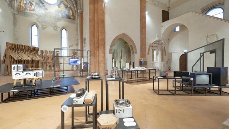 """Veduta della mostra """"Design! Oggetti, processi, esperienze"""" nella Chiesa dell'Abbazia di Valserena, sede dell'Archivio-Museo CSAC dell'Università di Parma (foto di Paolo Barbaro)"""